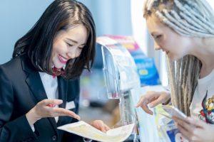 外国人に案内する日本人女性